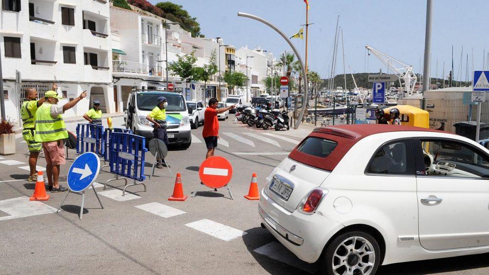 Coches entrando en el puerto de Maó entre operarios y señalizaciones (Fotos: Tolo Mercadal)