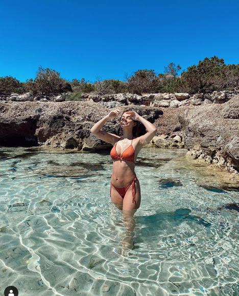 Laura Escanes, posando en una cala (Foto: Laura Escanes)