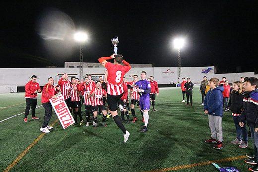 Celebración tras ganar el título de Copa (Foto: deportesmenorca.com)