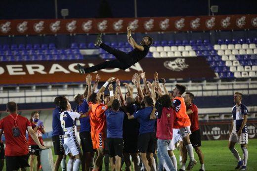 Manteo al técnico tras el ascenso (Fotos: CE Sabadell)