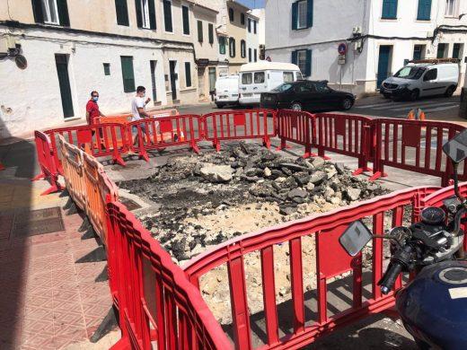 (Fotos) Una grieta obliga a cerrar de urgencia la calle Duc de Crillón de Maó