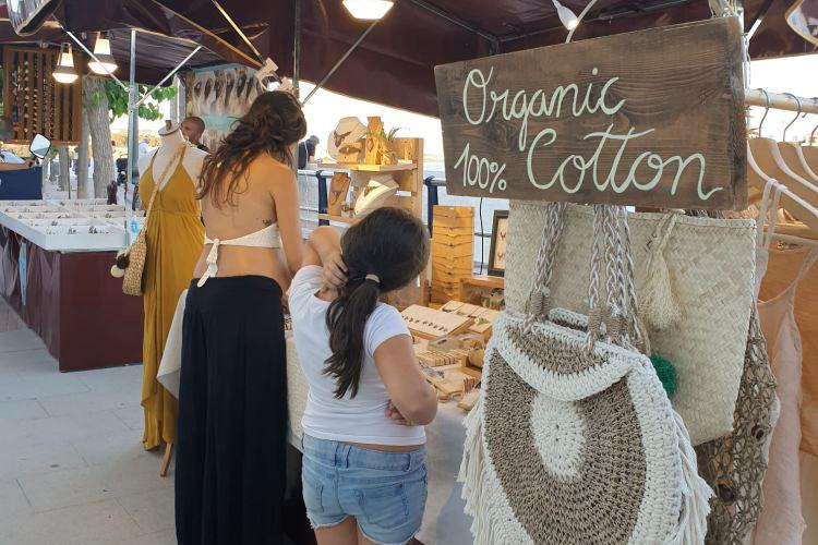 Uno de los puestos del mercado (Fotos: Ajuntament d'Es Castell)