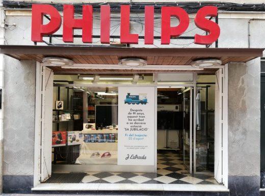 Fachada de la tienda con un cartel en el que anuncian el cierre el 22 de agosto.
