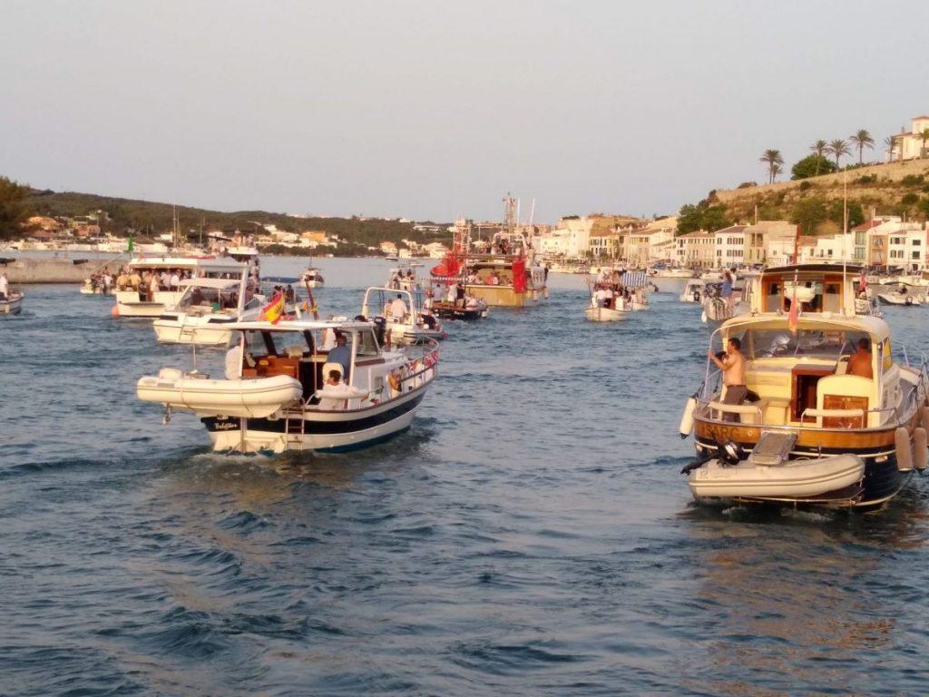 Imagen de la procesión marinera en el puerto de Maó en 2019