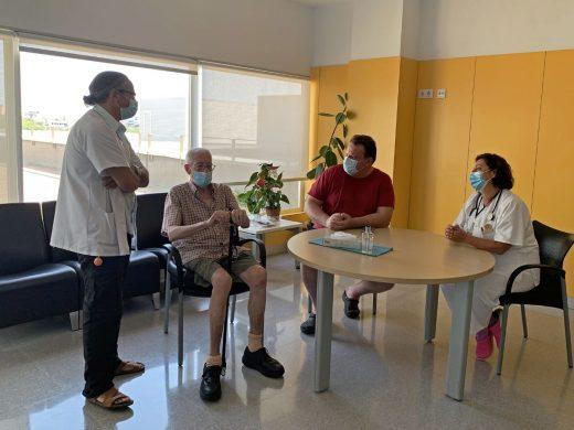 El doctor Luis Prieto, Jefe de Traumatología, y la geriatra Dra. María Dolores Jiménez conversan con el paciente Sebastià Cladera y su hijo Javier