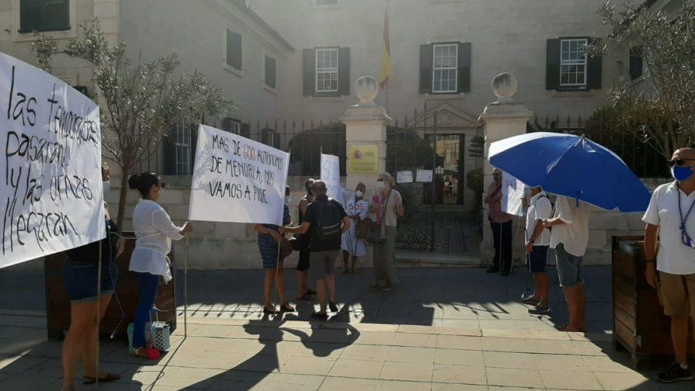 Han vuelto a manifestarse este miñercoles en la Plaza Miranda de Maó