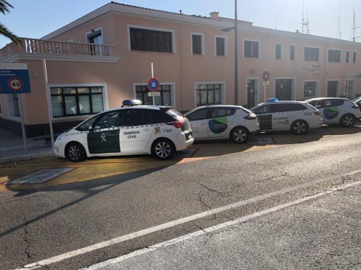 Efectivos de la Guardia Civil han desalojado las dependencias de la AP en Maó (Foto: Tolo Mercadal)