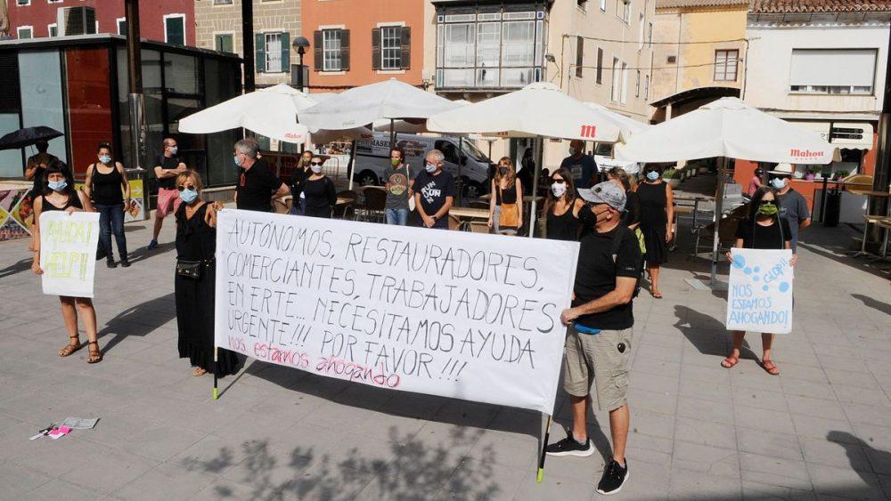 Concentración de los autónomos de temporada en la Plaza Miranda de Maó (Foto: Tolo Mercadal)