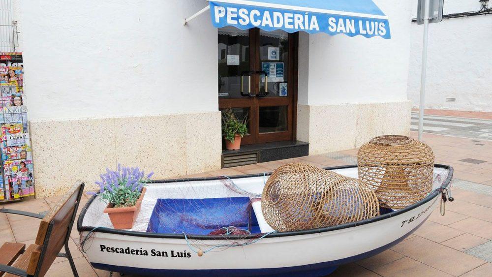 Una barca en la pescadería (Fotos: Tolo Mercadal)