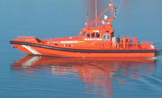 Salvamento Marítimo ha remolcado el barco hasta el puerto de Fornells