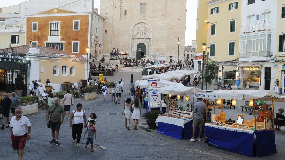 El Mercat de Nit de Maó atrae a muchos visitantes