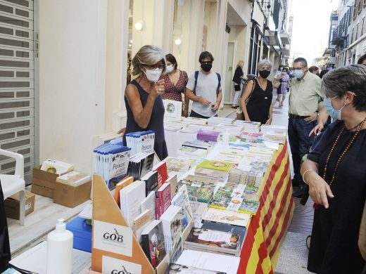 (Fotos) Maó sucumbe al encanto de Sant Jordi y los libros