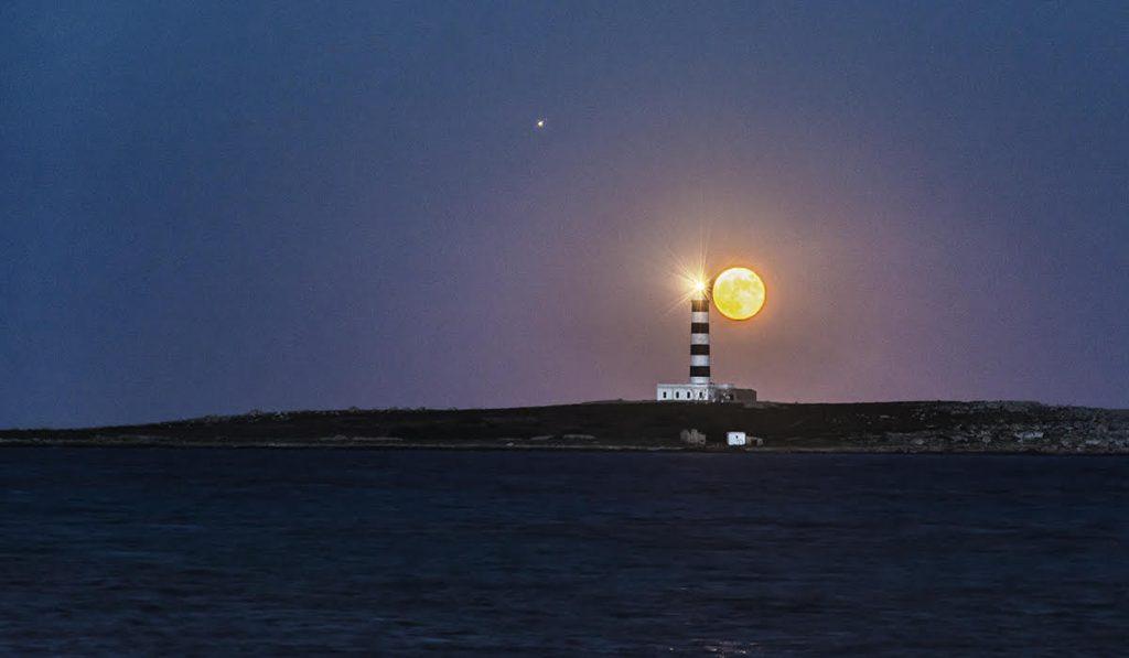 La luna llena sobre Menorca (Foto: Mikel Llambías)