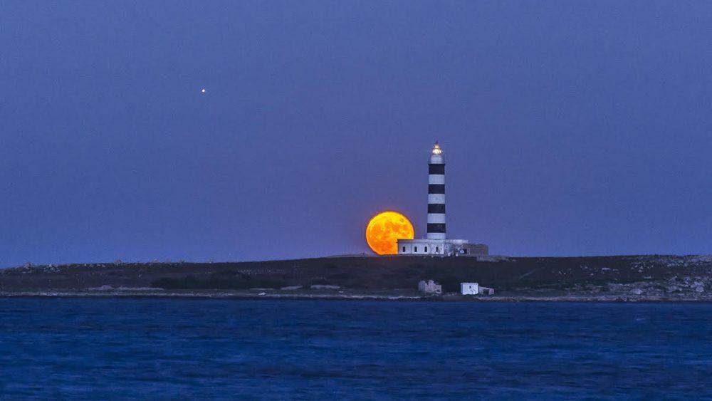 La impresionante luna asciende por el Faro de la Illa del Aire (Foto: Mikel Llambias)