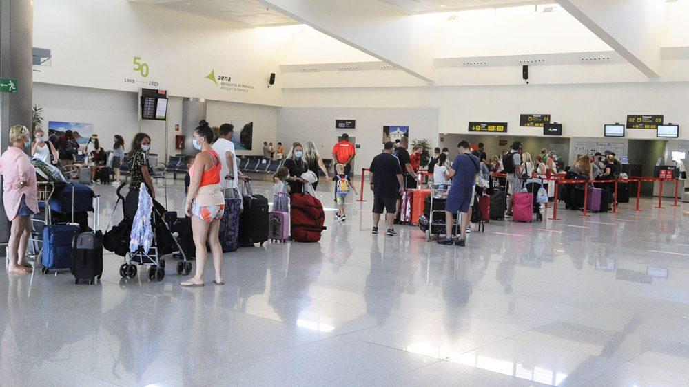 Esta mañana los turistas salían de la isla en un avión que ha llegado sin pasajeros desde el Reino Unido (Foto: Tolo Mercadal)
