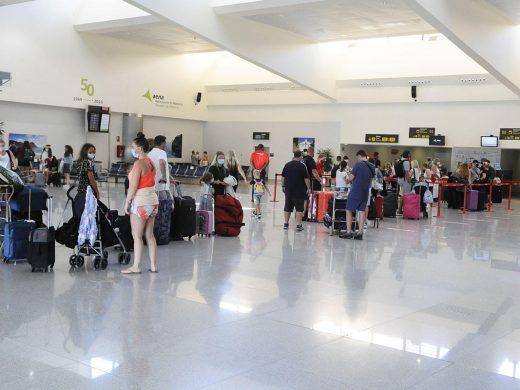 (Fotos) Los turistas británicos se van de Menorca y no volverán antes del 3 de agosto