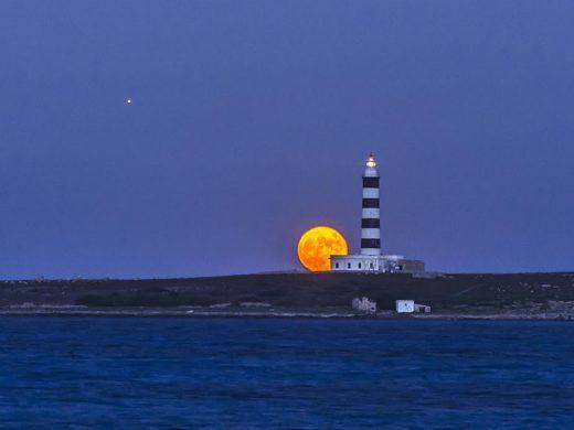 (Fotos) La luna llena, Júpiter y Saturno en la noche de Menorca