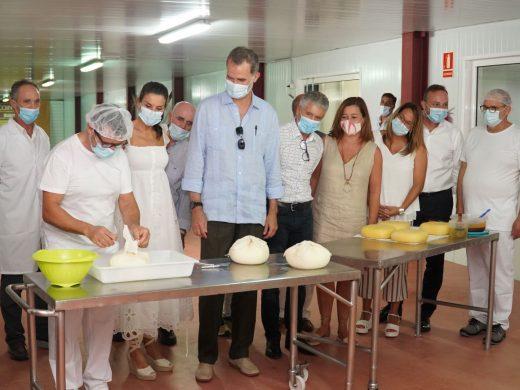 (Galería de imágenes) Los reyes conocen la elaboración del queso de Menorca