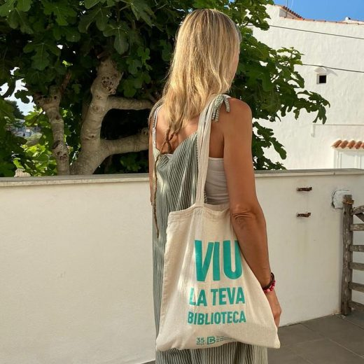 Imagen de las nuevas bolsas que repartirán las bibliotecas de Menorca