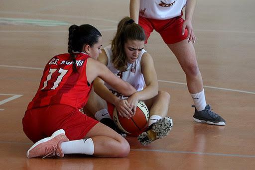 Acción de un partido de baloncesto (Foto: deportesmenorca.com)