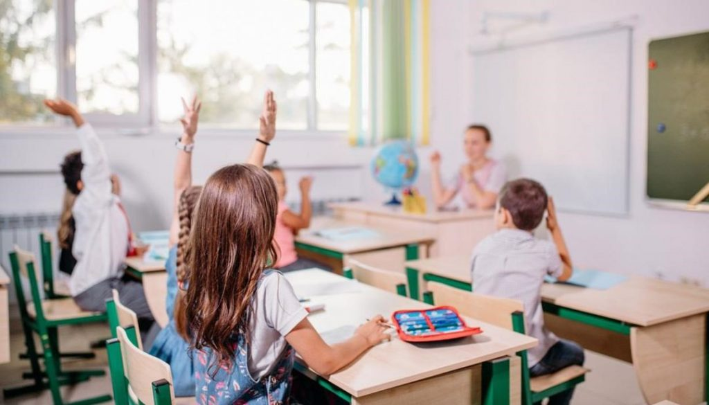 Se recomienda, siempre que sea posible, usar ventilación cruzada en las aulas