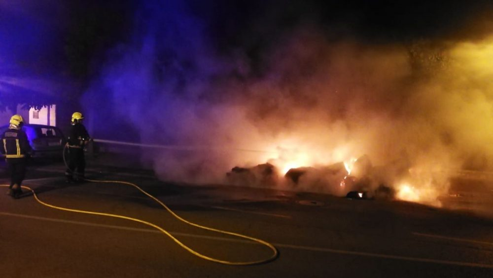 Bomberos actuando para apagar el fuego