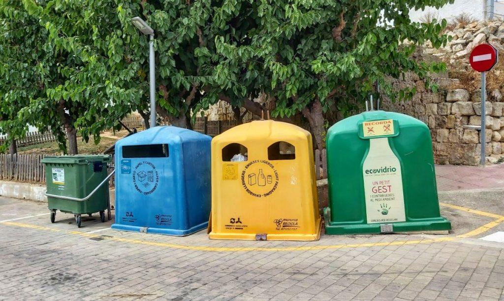 Contenedores de reciclaje en Es Castell
