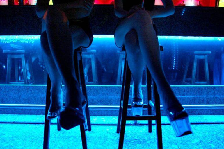 Dos mujeres en un club.