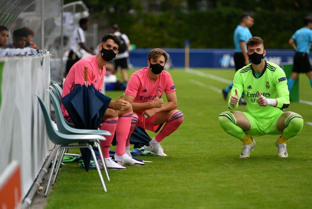 Sintes, a la izquierda, saludando desde el banquillo (Foto: Real Madrid)