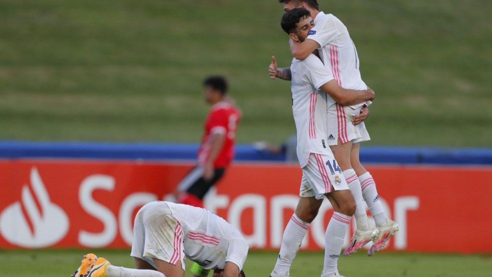 Xavi Sintes, celebrando el título de la Youth League tras el pitido final (Fotos: UEFA)