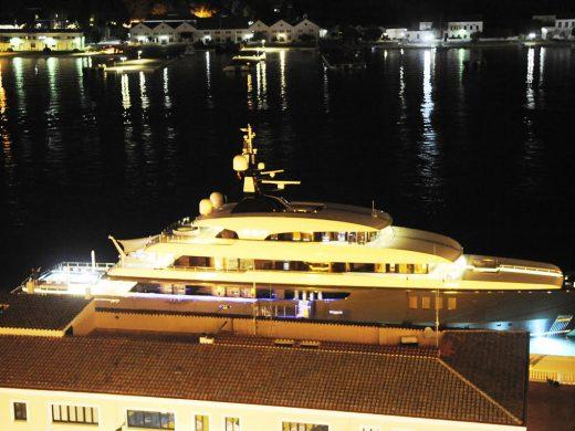 (Fotos) Icon, el megayate que se alquila por 550.000 euros semanales, atraca en el puerto de Maó