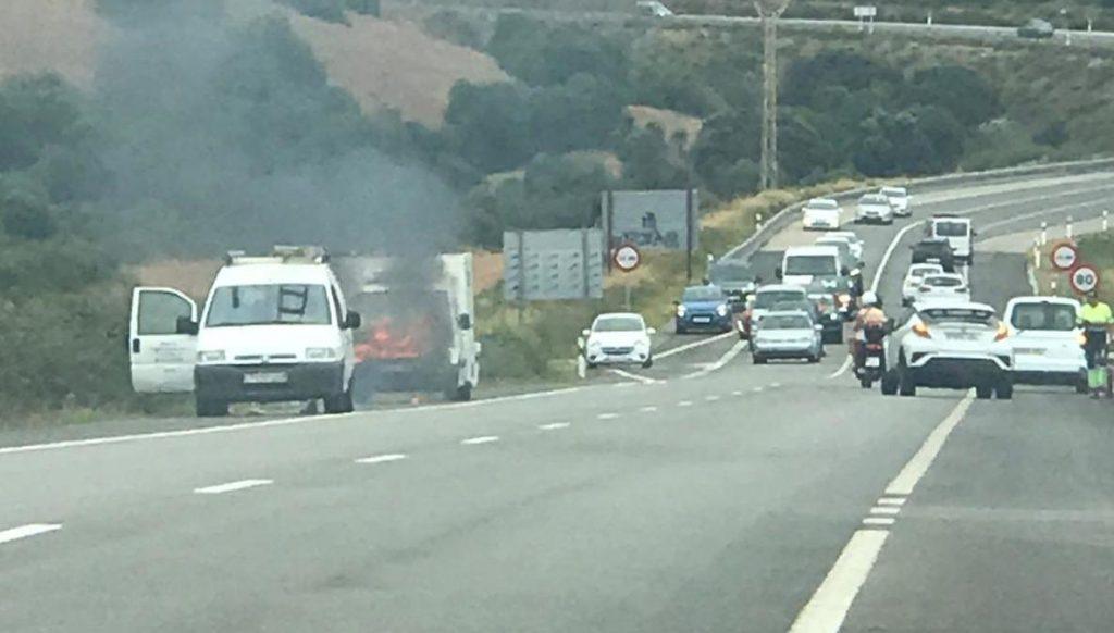 Imagen del vehículo incendiado.