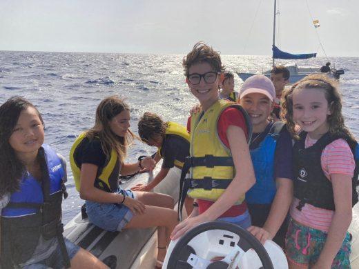 (Fotos) Jóvenes de Es Nàutic devuelven al mar dos tortugas que habían encontrado heridas
