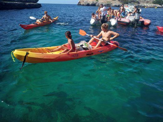 (Fotos) Los palistas del Nàutic limpian las aguas de Sa Farola
