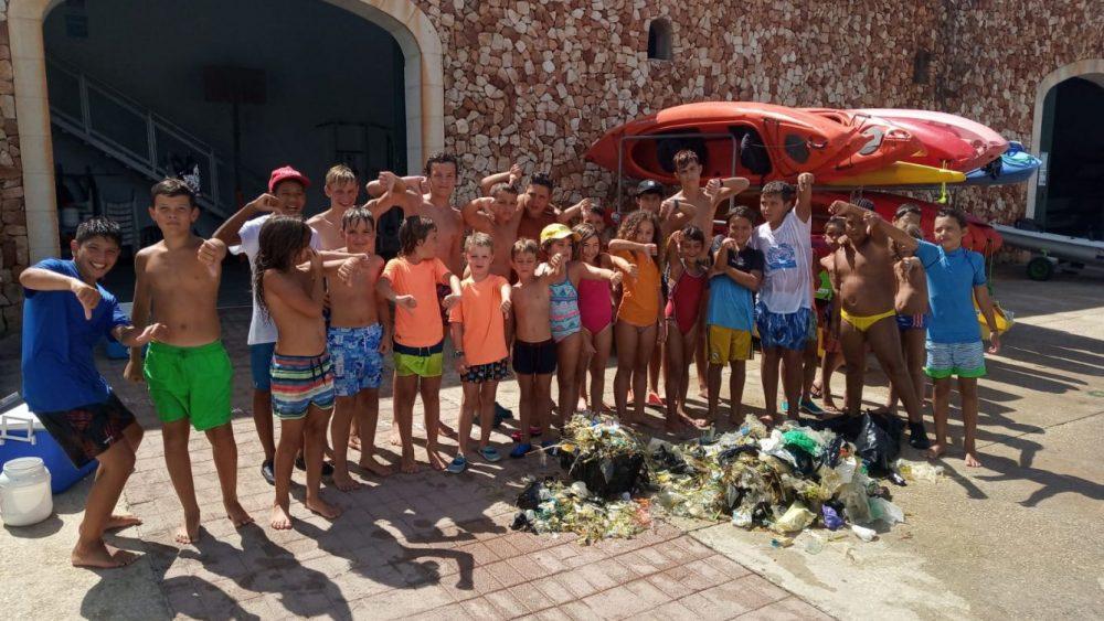 Los jóvenes, con el material que han retirado del mar (Fotos: Club Nàutic Ciutadella)