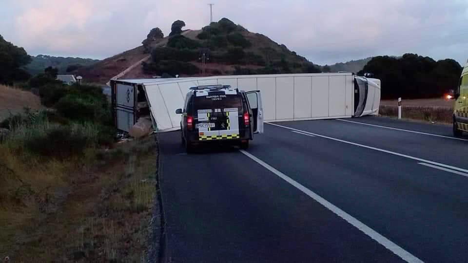 Imagen del camión volcado en la carretera el pasado mes de agosto