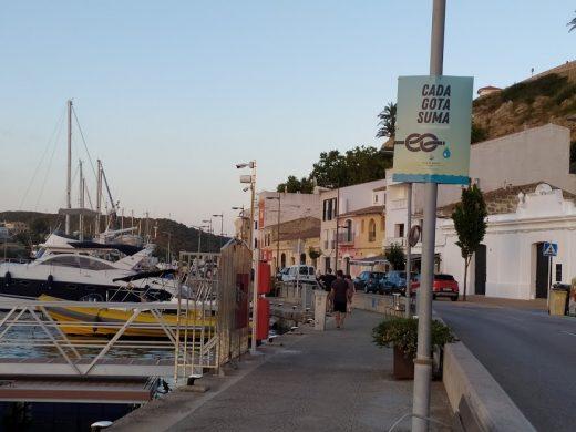 Banderolas en las farolas del puerto de Maó (Foto: EA)