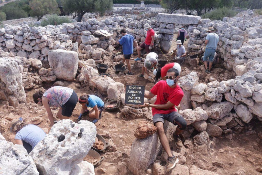 Trabajando en la campaña arqueologica del poblado de Torre d'en Galmés