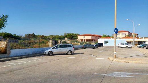 Imagen actual de la zona de estacionamiento al lado de la escuela