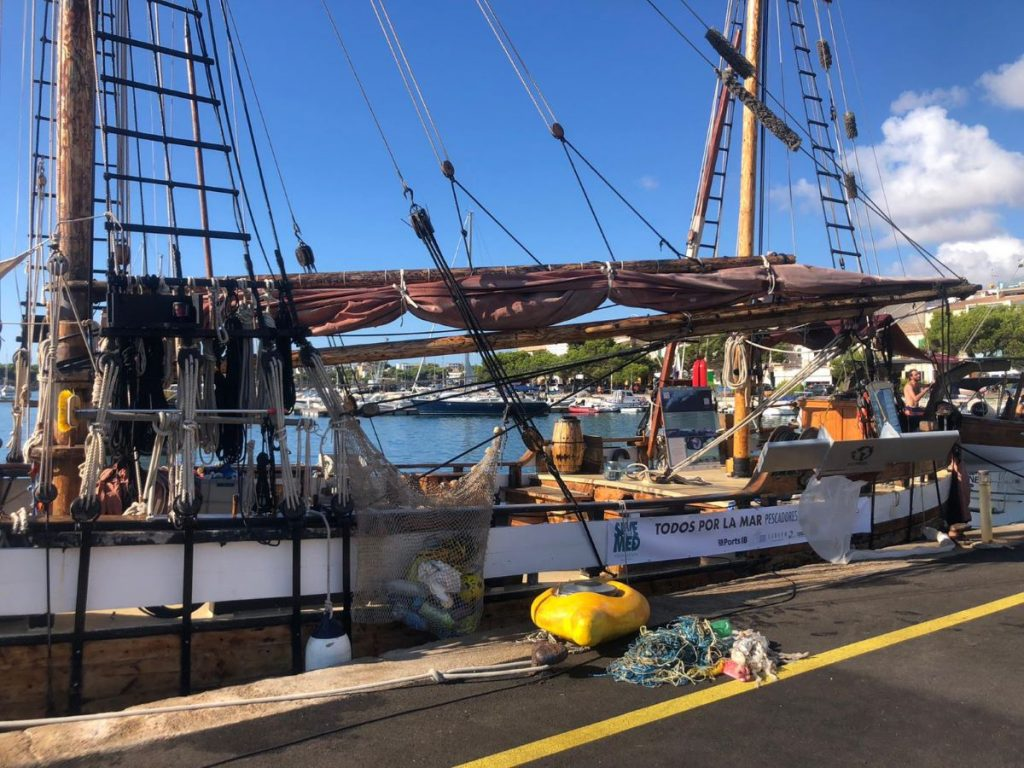 Imagen del barco de Save Med y de basura y artefactos recogidos en el mar