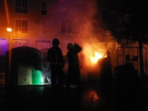 Arden varios contenedores de reciclaje de residuos en Ciutadella esta madrugada