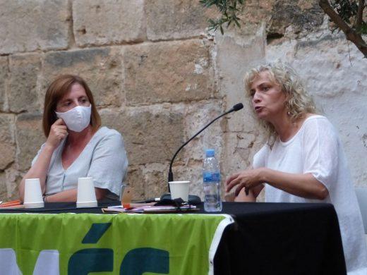 La periodista Mónica Terribas con la representante de Més per Menorca, Maite Salord