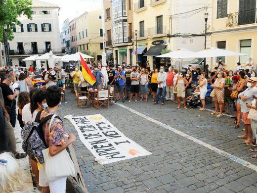 (Fotos) Unas 150 personas se manifiestan en Maó contra la monarquía
