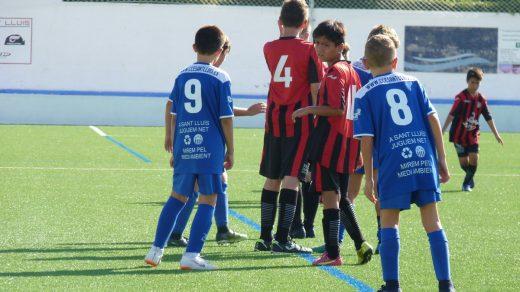 Partido de fútbol base en Sant Lluís.