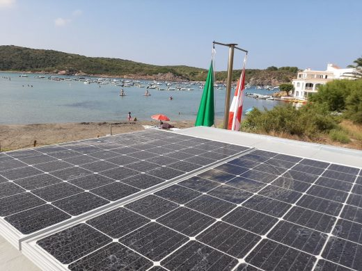 Placas solares en la caseta de Es Grau