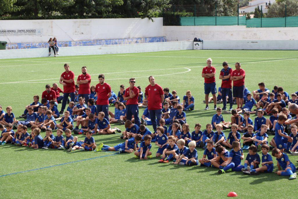Técnicos y jugadores de la base del Sant Lluís.
