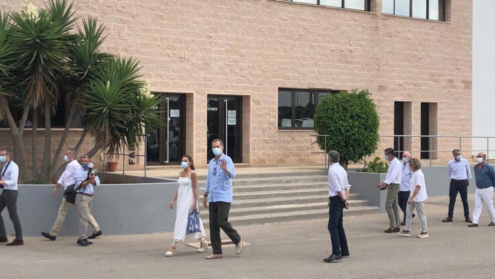 Imagen de los reyes llegando a las instalaciones de Coinga (Foto: Tolo Mercadal)