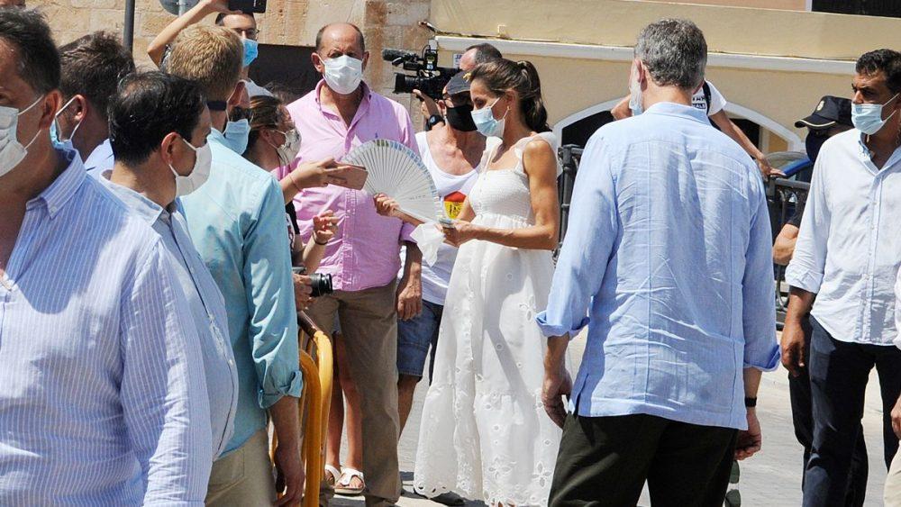 En Ciutadella una mujer le ha regalado un abanico a la reina Letizia (Foto: Tolo Mercadal)