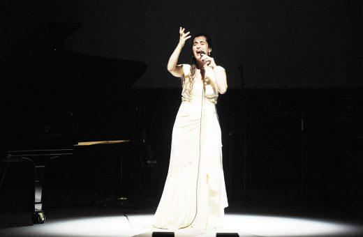 La artista catalana durante su última actuación en el Teatre Principal de Maó (Foto: Menorc@aldia).