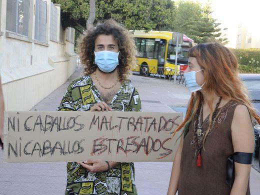 (Fotos) 70 personas se manifiestan en Maó contra el maltrato a caballos
